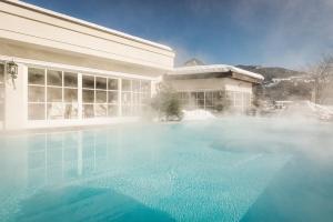 Der Swimmingpool an oder in der Nähe von Theresa Wellness-Genießer-Hotel