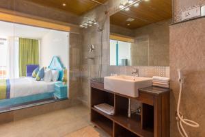 A bathroom at Aagantuk Resort