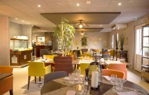 A restaurant or other place to eat at Best Western The Hotel Versailles