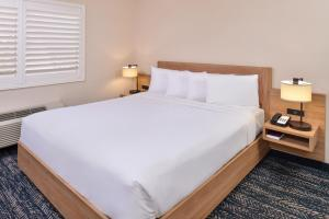 A bed or beds in a room at La Fuente Inn & Suites