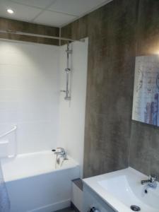 Salle de bains dans l'établissement La Roche du Trésor Village Vacances