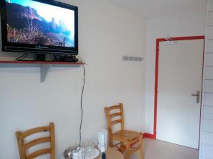 Télévision ou salle de divertissement dans l'établissement La Roche du Trésor Village Vacances