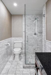 A bathroom at Lord Elgin Hotel