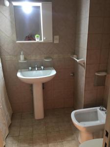 A bathroom at Acogedor monoambiente , en el centro de mendoza .
