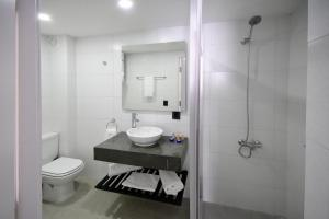 A bathroom at Quijano Aparts&Suites