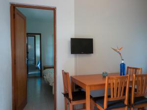 Una televisión o centro de entretenimiento en Apartamentos Finca La Cruz