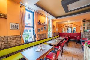 A restaurant or other place to eat at Kölnotel Hostel, Apart & Suite