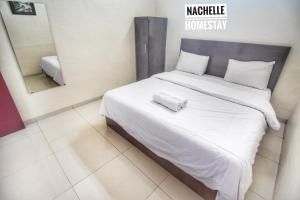 A bed or beds in a room at Nachelle Homestay