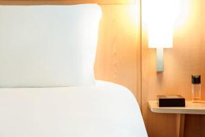 Ένα ή περισσότερα κρεβάτια σε δωμάτιο στο Ibis Poznan Stare Miasto