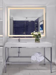 A bathroom at Hilton Fort Lauderdale Marina