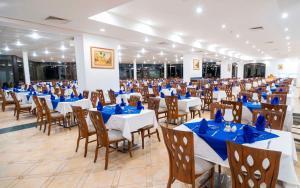 Een restaurant of ander eetgelegenheid bij Elphistone Resort Marsa Alam