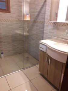 A bathroom at Sítio Carburado