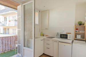 A kitchen or kitchenette at Splendid bright apt with Balcony Old Port