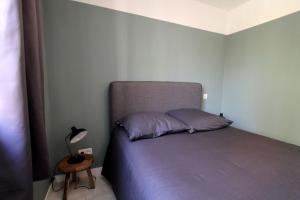 A bed or beds in a room at Quiet apt downtown with airco and a balcony