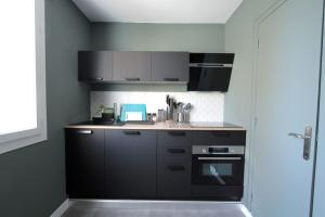 A kitchen or kitchenette at Quiet apt downtown with airco and a balcony