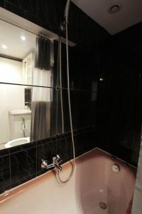 A bathroom at Charming studio near PARC LONGCHAMP