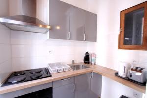 A kitchen or kitchenette at Charming studio near PARC LONGCHAMP