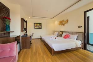 A bed or beds in a room at Hoang Trinh Hotel