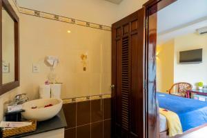 Ein Badezimmer in der Unterkunft Golden River Hotel