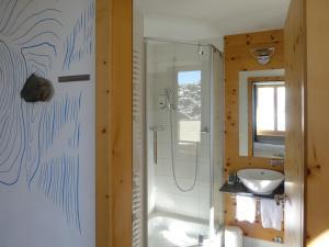 A bathroom at 3100 Kulmhotel Gornergrat