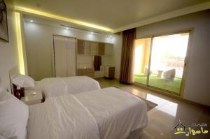 سرير أو أسرّة في غرفة في شاليهات ماسورات