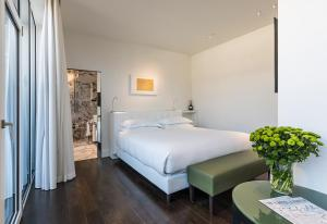 A bed or beds in a room at Magna Pars l'Hotel à Parfum