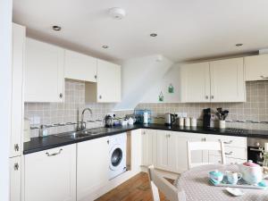 A kitchen or kitchenette at 4 Coastguard Cottages