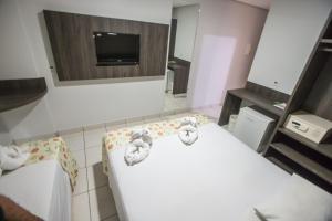 Uma TV ou centro de entretenimento em Hotel Morada do Sol