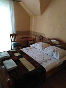 Łóżko lub łóżka w pokoju w obiekcie Zajazd pod Jarem