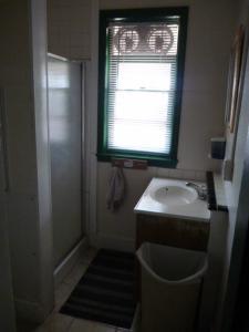 A bathroom at Hilltop Hostel