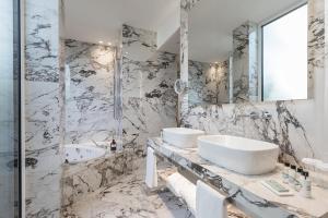 A bathroom at Magna Pars l'Hotel à Parfum