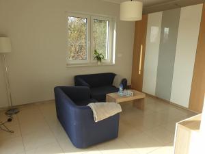 A seating area at Apartament w zieleni do wynajęcia blisko jeziora