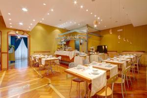 A restaurant or other place to eat at Hotel Corot