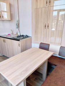 Кухня или мини-кухня в Apartament Shaumyana 28