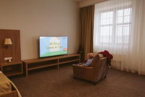 A television and/or entertainment centre at Maxima Park Hotel
