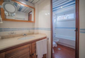 A bathroom at Marina Plaza by Garvetur