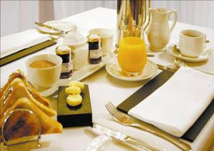 Breakfast options available to guests at Glen-Yr-Afon House Hotel