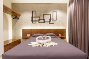 A bed or beds in a room at The jero 18 kuta guest house