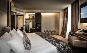 A bed or beds in a room at Hotel Dei Cavalieri Milano Duomo