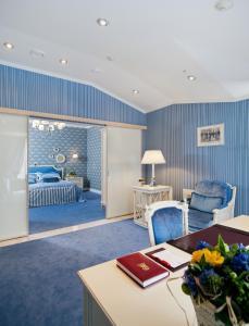Ein Sitzbereich in der Unterkunft Hotel Bristol