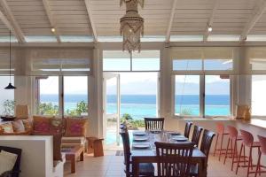 Um restaurante ou outro lugar para comer em Villa Ora