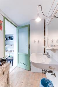 A bathroom at civico42