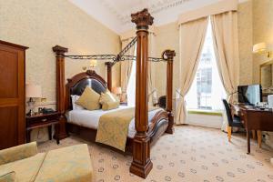 En eller flere senge i et værelse på Castle Hotel