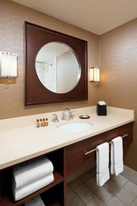 A bathroom at Sheraton Cleveland Airport Hotel