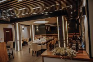 Un restaurant sau alt loc unde se poate mânca la PENSIUNE RESTAURANT CAPRA NEAGRA