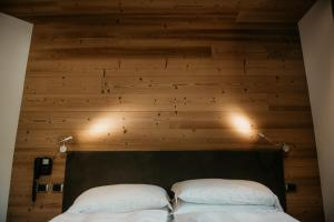 A bed or beds in a room at Alpen Hotel Chalet