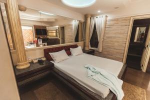 Cama ou camas em um quarto em Aphrodite Park Motel