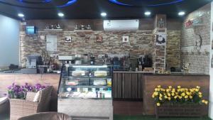 Um restaurante ou outro lugar para comer em Jawhrat Al Koon Apartment