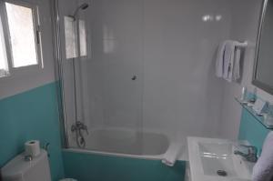 Ein Badezimmer in der Unterkunft Hostal El Levante