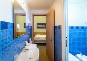 A bathroom at Affittacamere del Golfo e delle 5 Terre